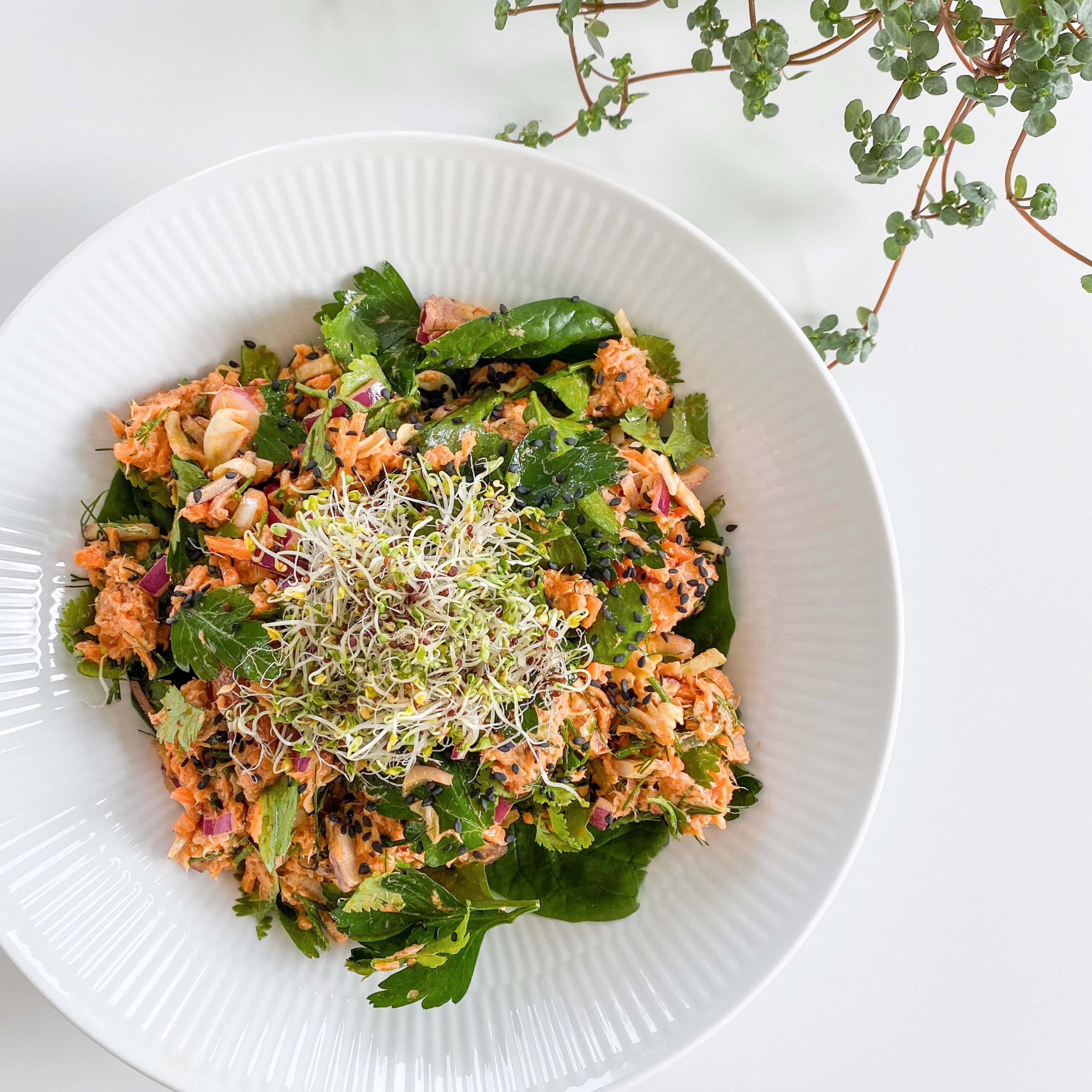 Opskrift | Salat med varmrøget laks og chili